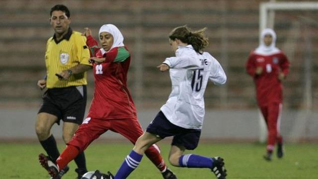la-joueuse-iranienne-saedeh-ahmadi-g-porte-un-voile-lors-d-un-match-de-football-feminin-du-championnat-d-asie-de-l-ouest-a-amman-jordanie-le-29-septembre-2005_1016259